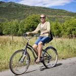 Femme à vélo dans la campagne vallonée
