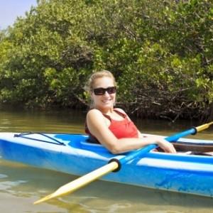 femme en kayak plaisir sur la Semois