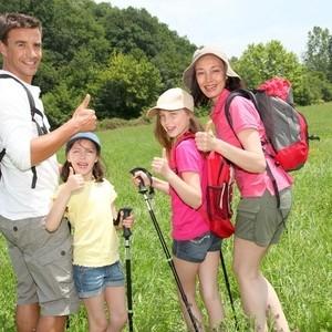 un père et ses trois filles en balade