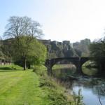 vieux pont sur la Semois avec le château fort de Bouillon en arrière plan